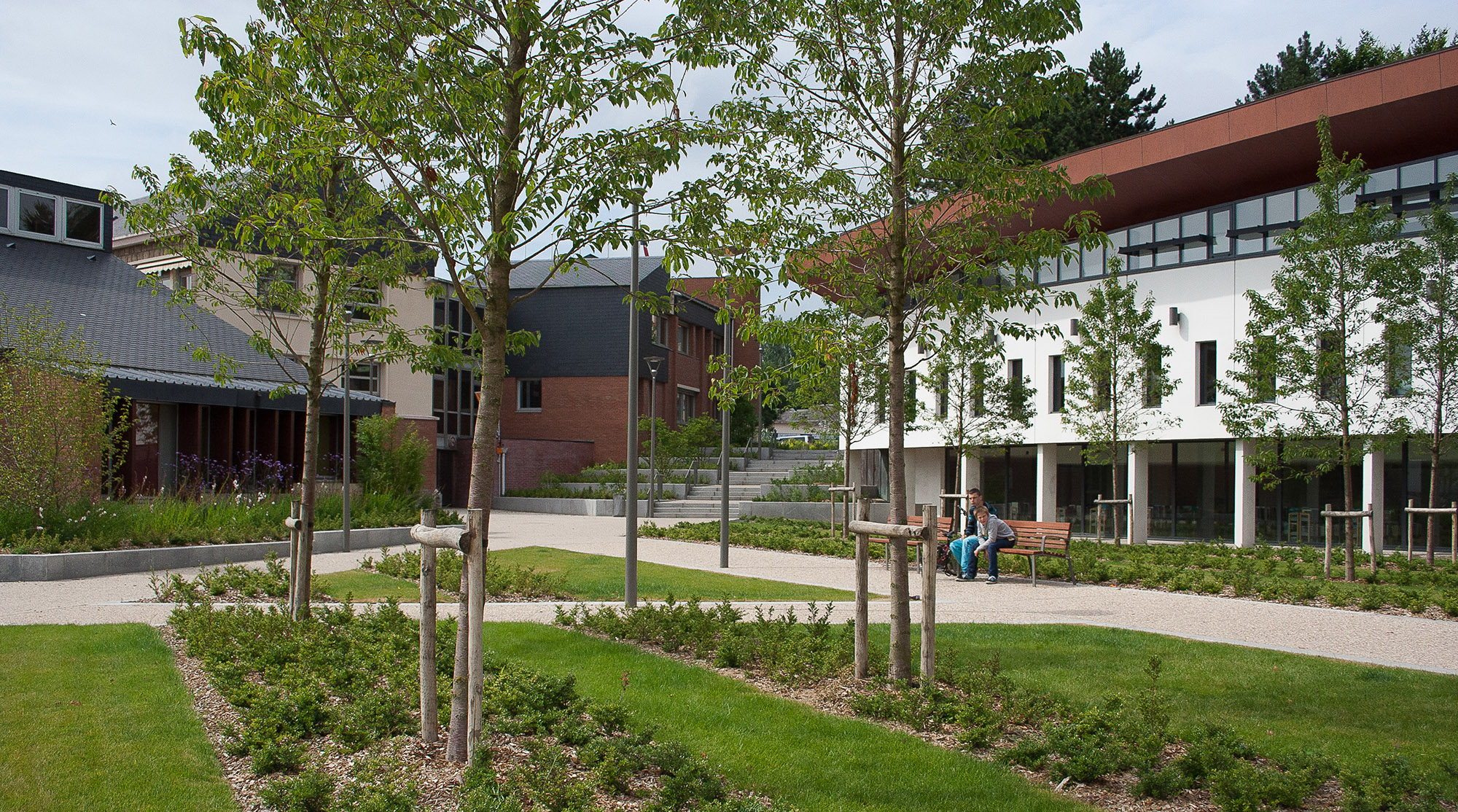 Vue sur la place jardin prenant place entre la médiathèque et la mairie