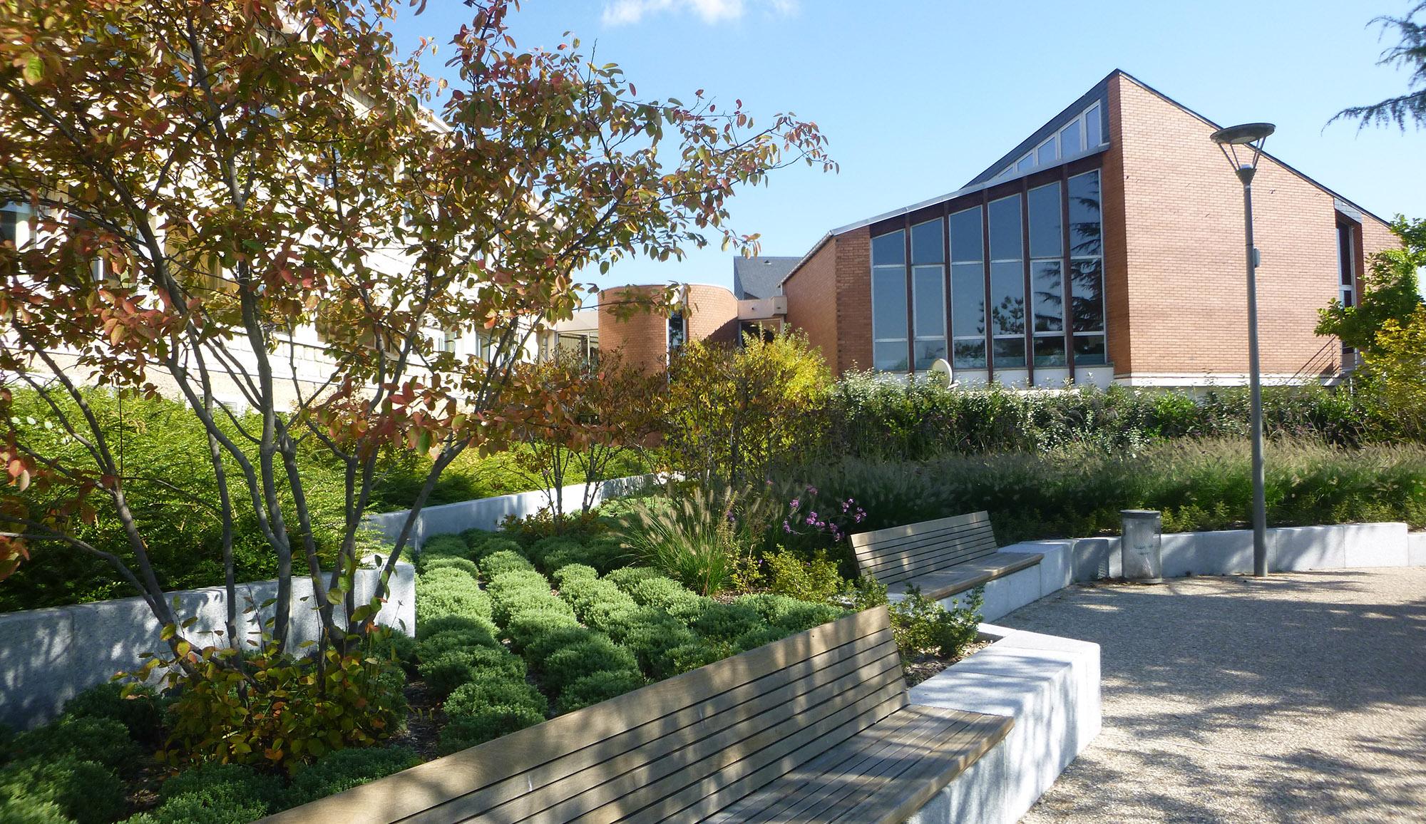 Vue sur les jardins de la mairie