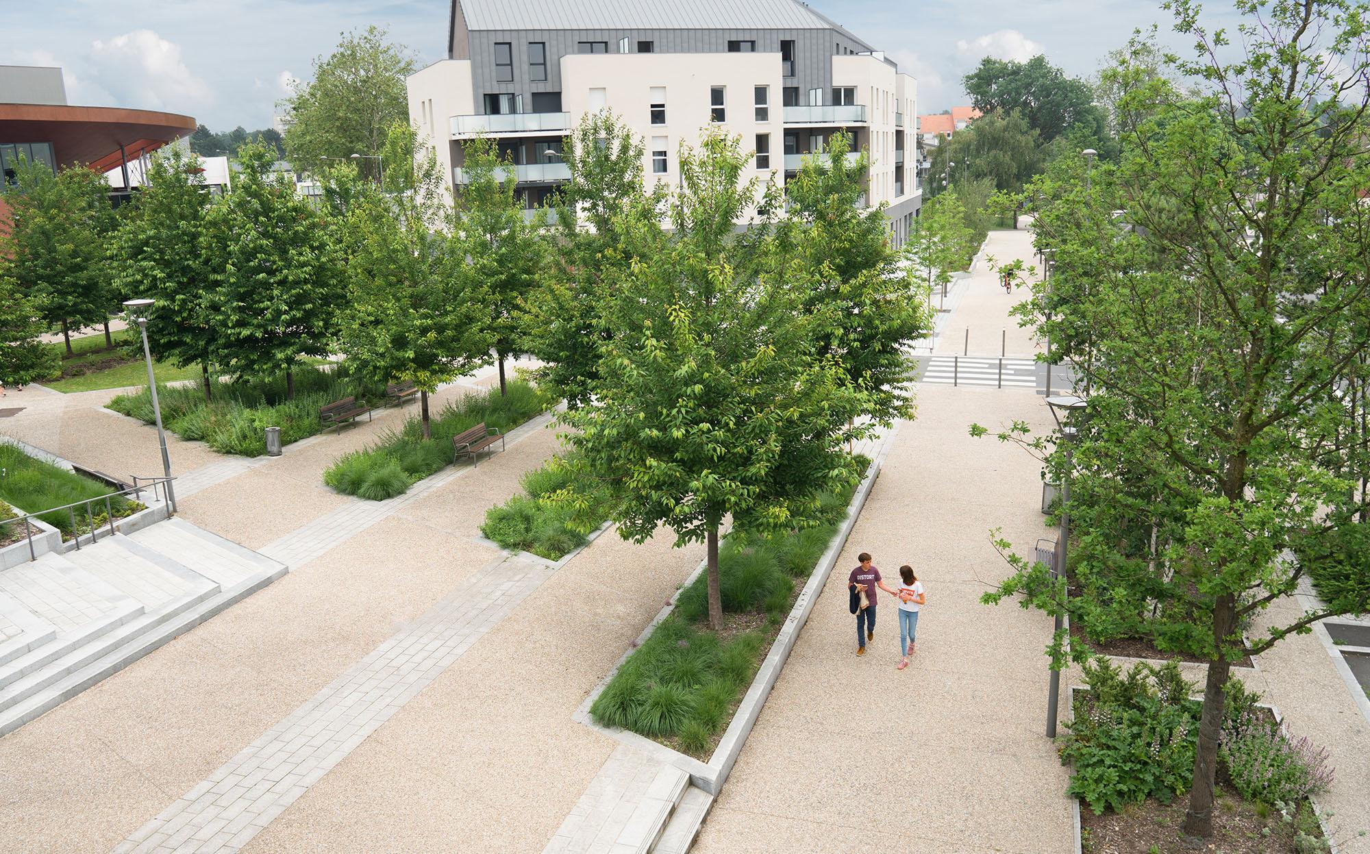 Connexion entre la place jardin et le cours