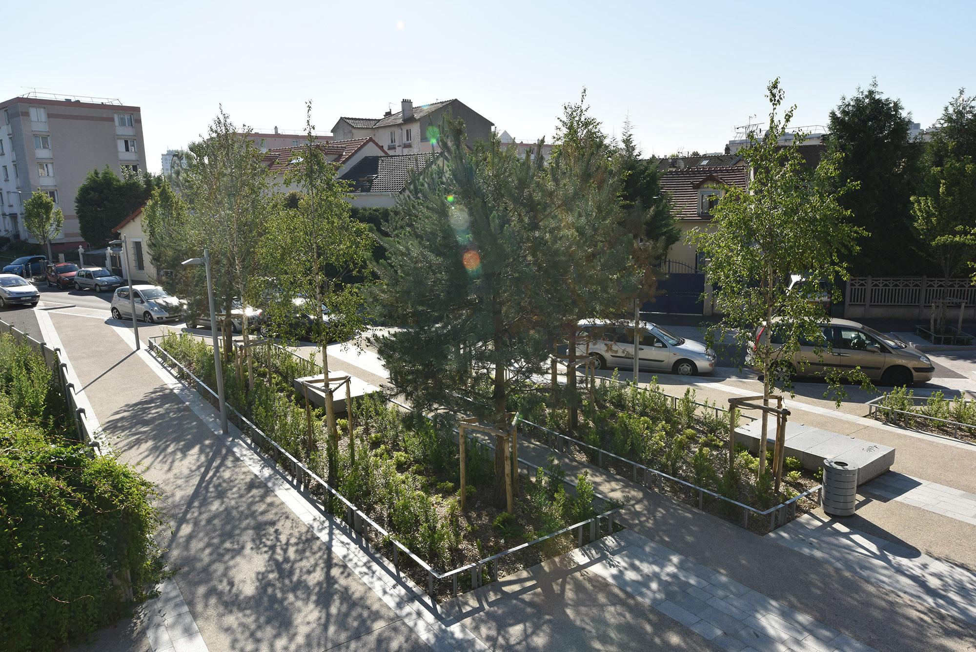 Détail de la place de la Commune de paris donnant la rampe d'accès au parc Lagravère