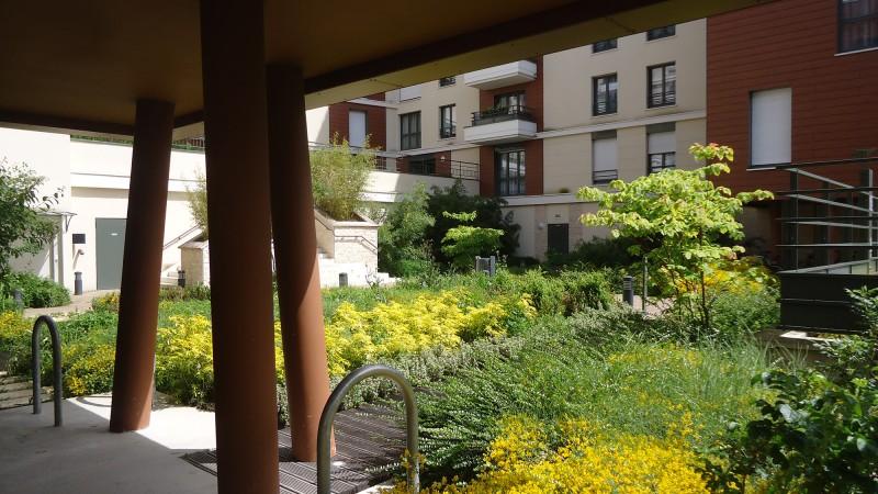 Vue sur le jardin d'accueil résidentiel à partir des ....