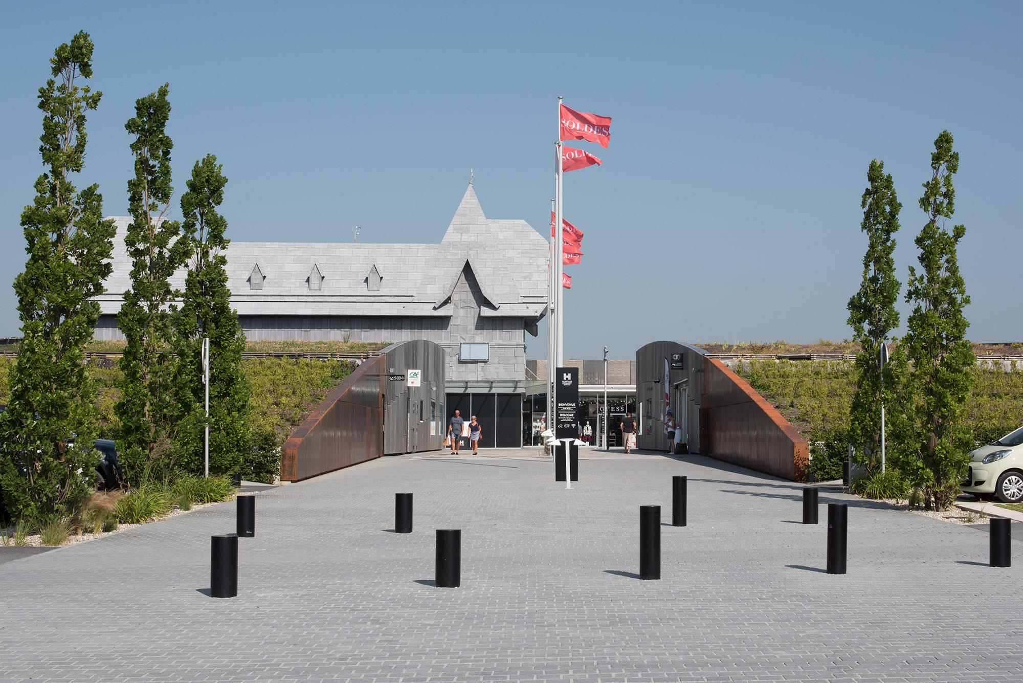 """L'accés latéral au """"Honfleur Normandy Outlet"""""""