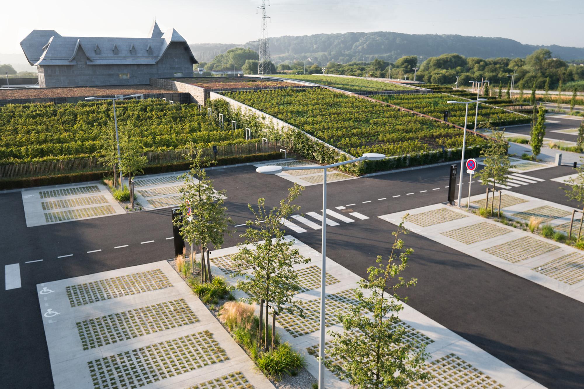 """Vue sur les """"collines"""" du """"Honfleur Normandy Outlet"""" et son parking paysagé"""