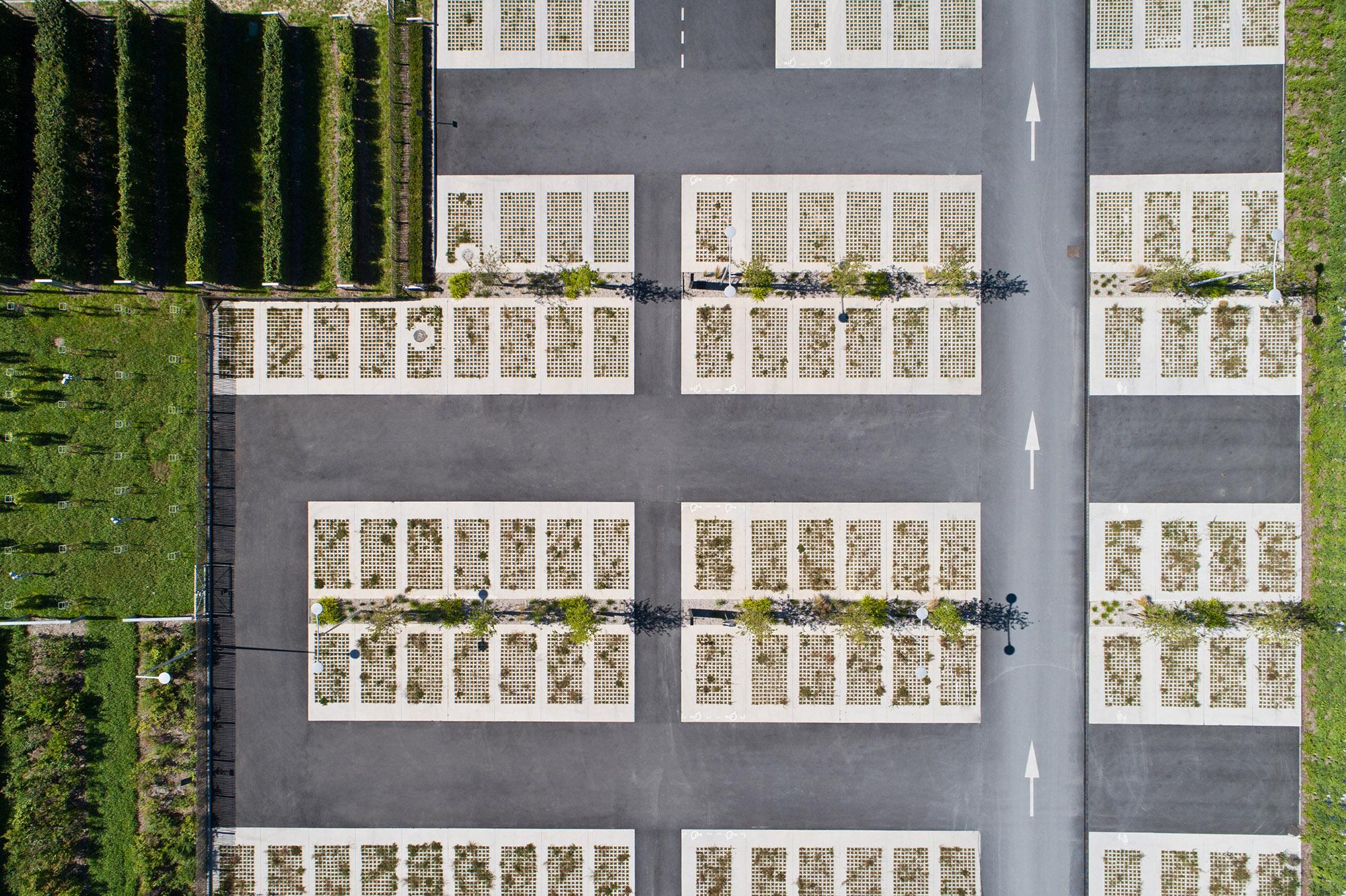 """Vue sur parking paysagé du """"Honfleur Normandy Outlet"""""""