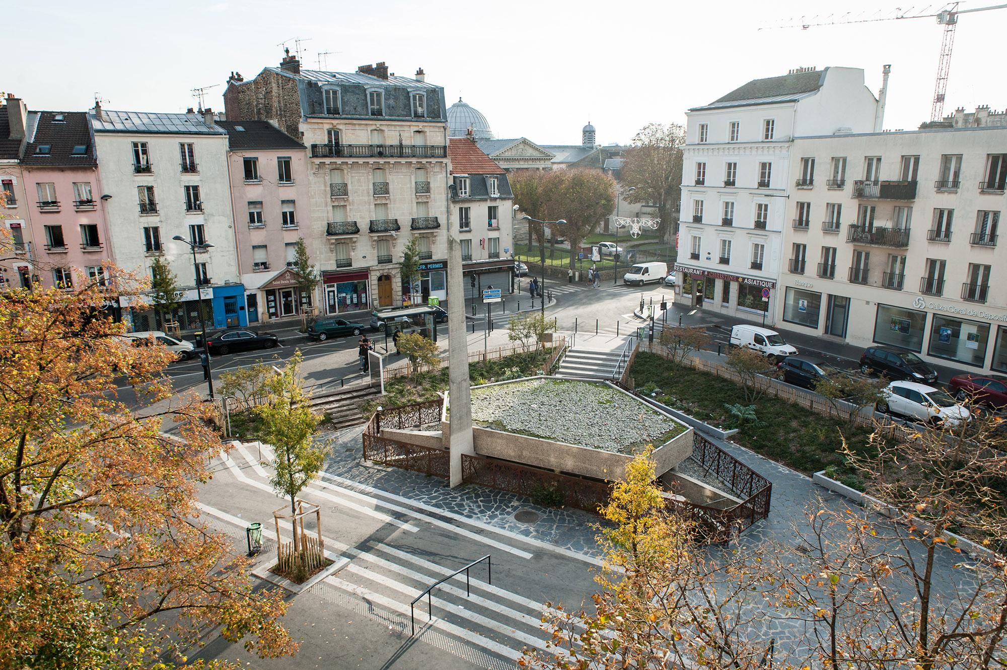 Vue sur le square, le monument aux morts et le monument de la déportation