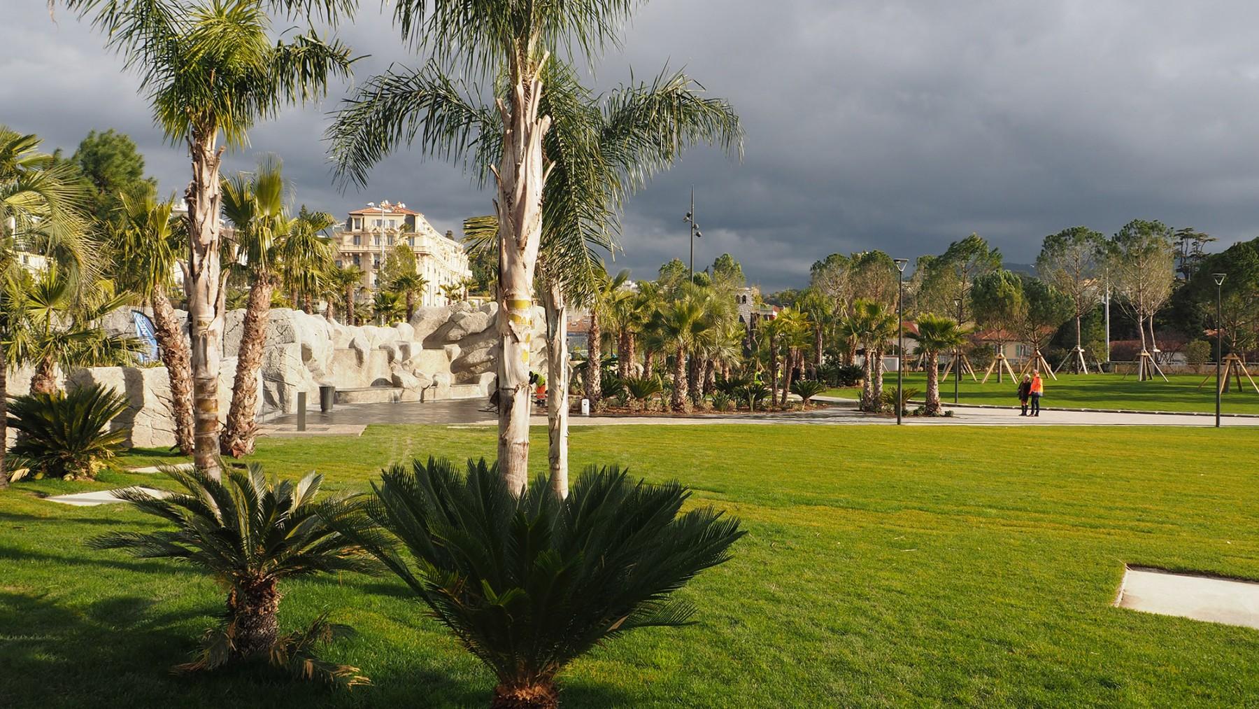 Parc du Ray - Nice - La grande pelouse et la fontaine